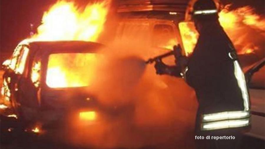 Fiamme nella ditta edile, distrutti quattro mezzi: danni per 100mila euro