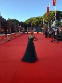 La modella Beatrice Saponaro sfila sul red carpet del Festival del Cinema di Roma